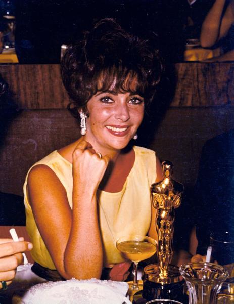 Elizabeth-1961-posing-her-Academy-Award-best-actress