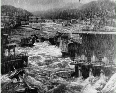 rains-came-flood-scene_opt